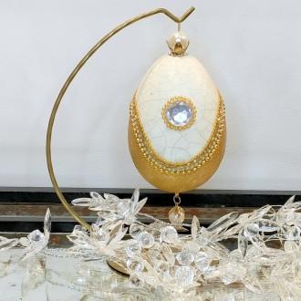 Złote biżuteryjne jajo ze spękaniami