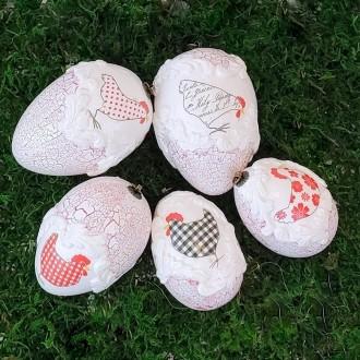 Zestaw jaj z kurkami i czerwonymi spękaniami